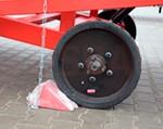 3) arresto delle ruote (freno) fissa la rampa dal movimento mentre il caricatore sta lavorando su di esso. Fornito nel kit;